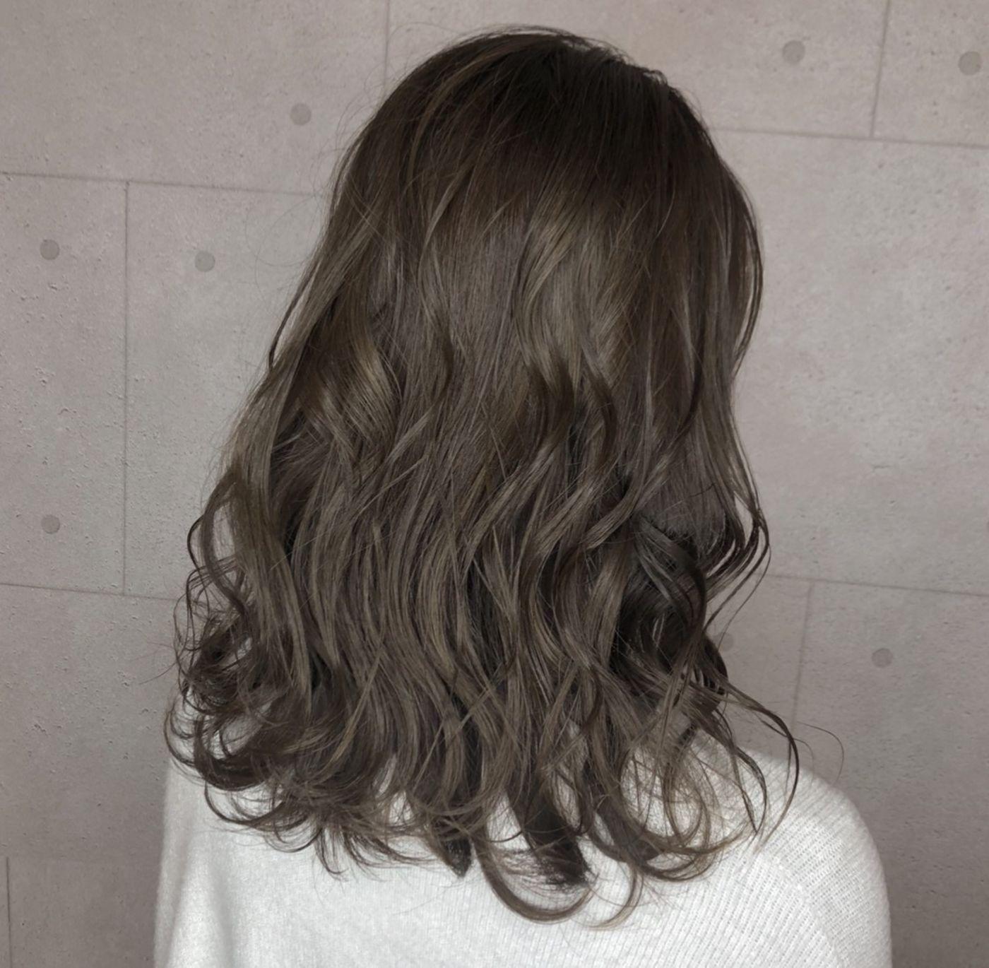 ミディアムヘアとベージュカラー