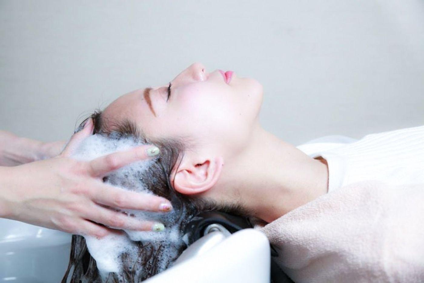 ③凝り固まった頭皮を揉みほぐす