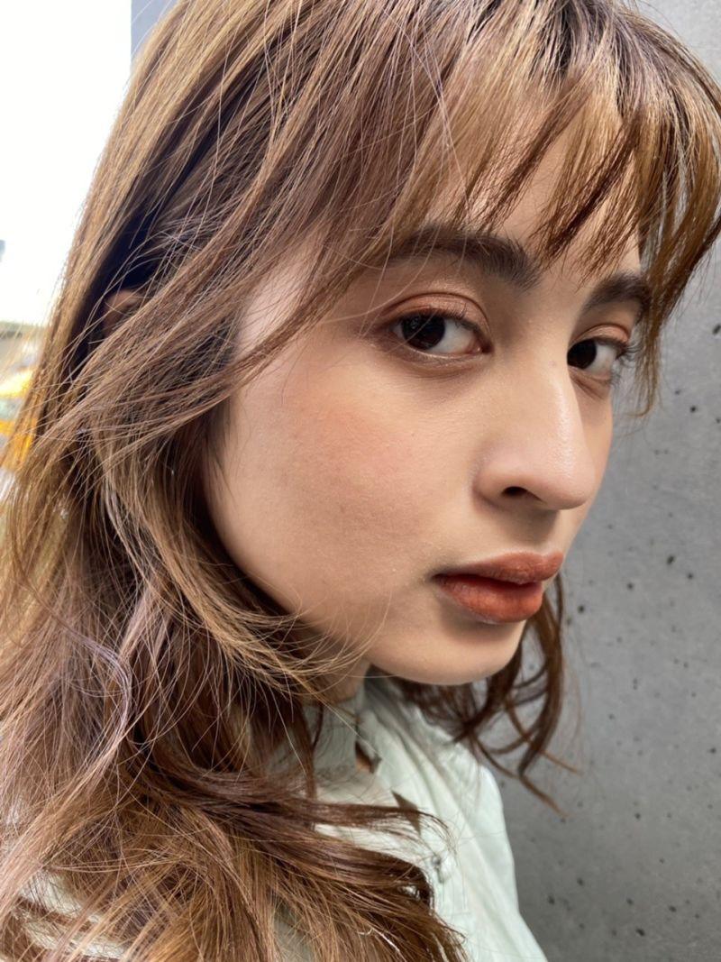 顔まわりの可愛いセミロングスタイル③