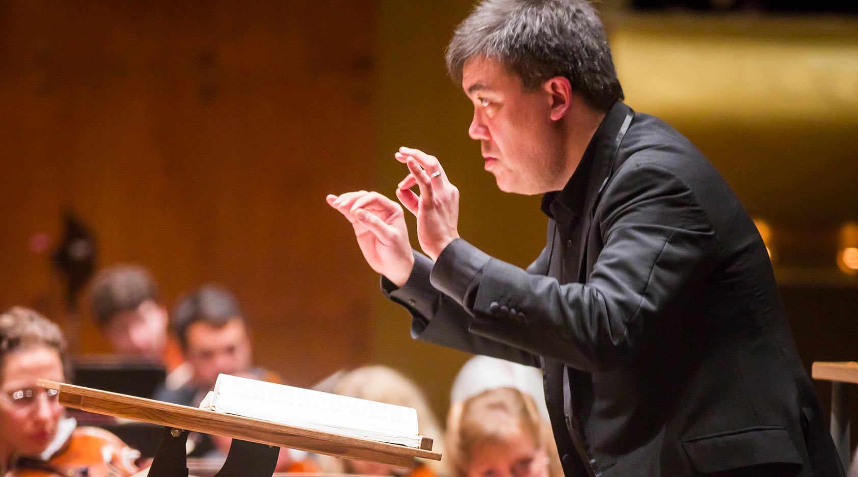 Alan Gilbert Conducts Mahler in Shanghai
