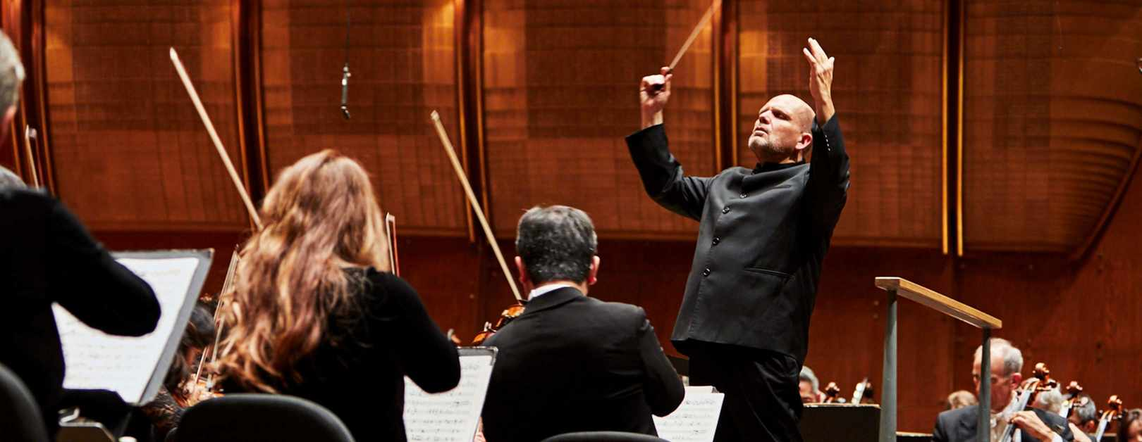 Van Zweden Conducts Mozart and Brahms in Guangzhou