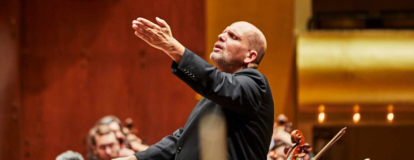 Van Zweden Conducts Mozart and Brahms in Shanghai