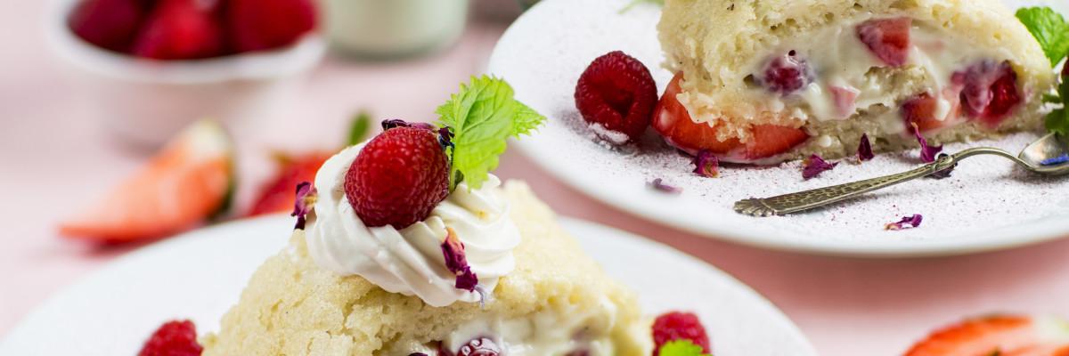 Alla hjärtans dag bakelse med Planti Soygurt vanilj, röda hallon och jordgubbar