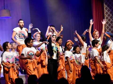 Barn og unge i Kulturhjerte danser på scenen. Fotografi av Torbjørn Olsen, GD.