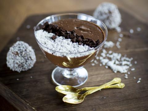 Brun chokladbollssmoothie i glasskål tillsammans med guldskedar