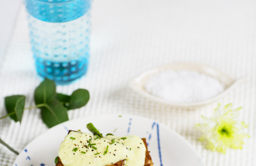 Tofu benedict med Planti creamy cooking och sparris