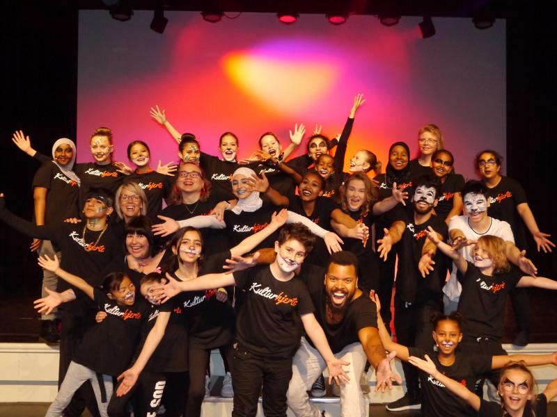 Barn og unge fra ulike kulturer som bor på Lillehammer utgjør Kulturhjerte. De lager en festforestilling hvert år og mottar støtte fra Kavlifondet!