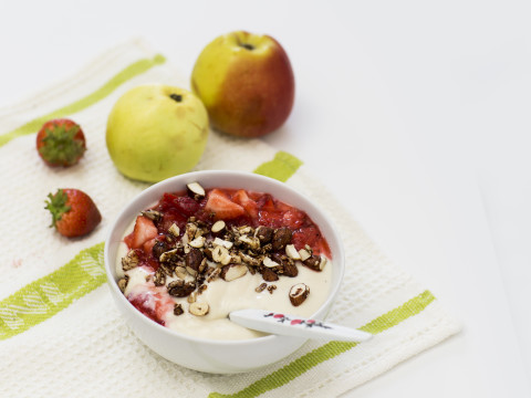 Planti YogOat i frukostskål med jordgubbskompott
