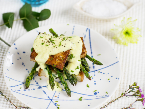 Tofu benedict med Planti creamy cooking och sparris