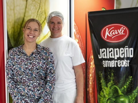 Ingunn Vårdal (t.v.) og Grete Moberg er stolte representanter for Kavli på International Food Contest i Herning, 2019