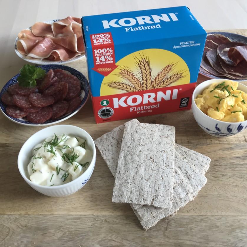 KORNI® Flatbrød sammen med spekemat, eggerøre og potetsalat. En klassiker!