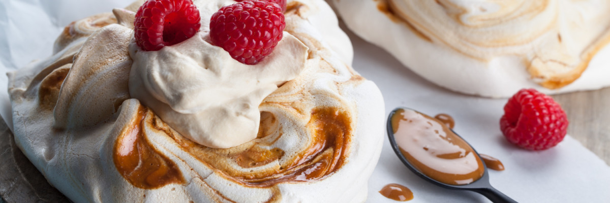Pavlova med fyldig og lekker HaPå-saus og bær. En søt og god vri på en klassisk dessert.