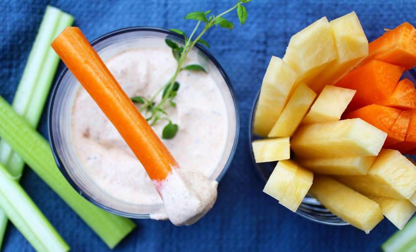 Grønnsaker og dipp laget av Q Gresk Yoghurt