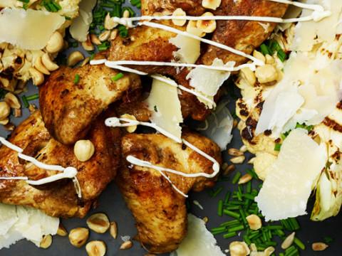 Grillade kycklingvingar och helgrillad blomkål med hasselnötter och Johnny's® American Style