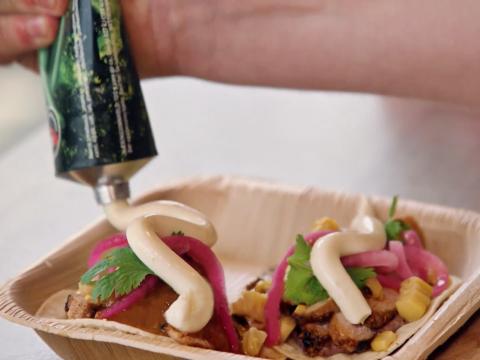 Kavli Tasty Taco med svinestrimler, Kavli Smaksrik smøreost, maiskolber og bønner er et digg måltid og et spennende alternativ til fredagstacoen