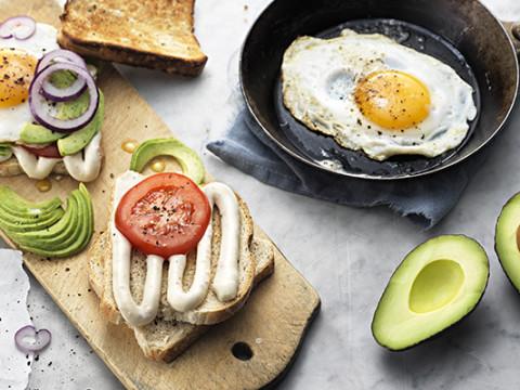 Ägg- och avokadotoast med Kavli Baconost