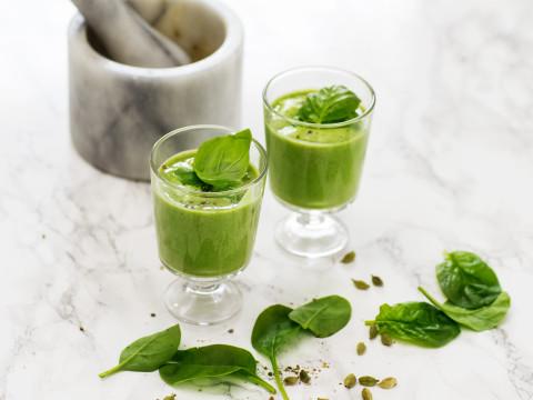 Grön smoothie med Planti Soygurt med basilika på ett marmorbord