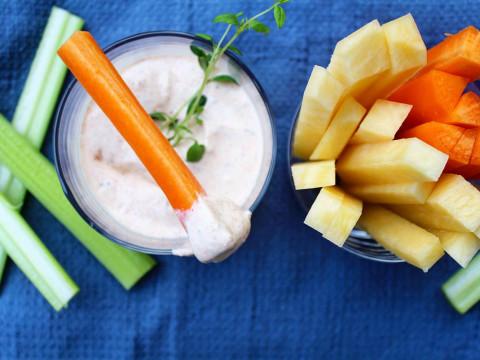 Grønnsaker og dipp laget av Q Naturell Yoghurt