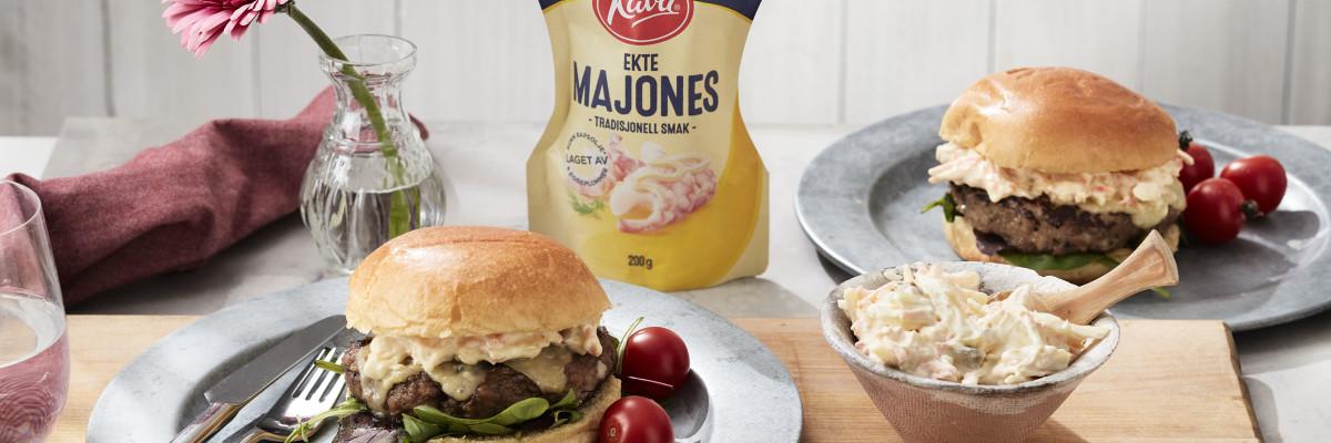 Vår coleslaw med Kavli Ekte Majones, sommerkål og syrlige epler er deilig på burger, eller grillmat!