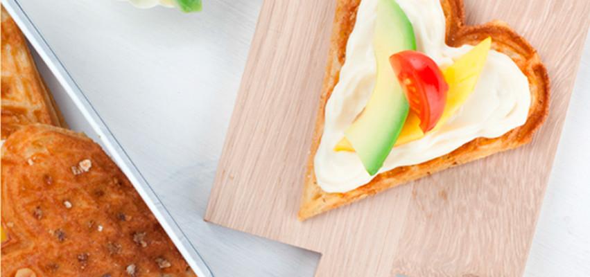 Fullkornsvafler med Kavli BaconOst er en smakfull variasjon til din vanlige vaffeloppskrift. Med ost i røren og som pålegg, blir vaflene saftige og gode.