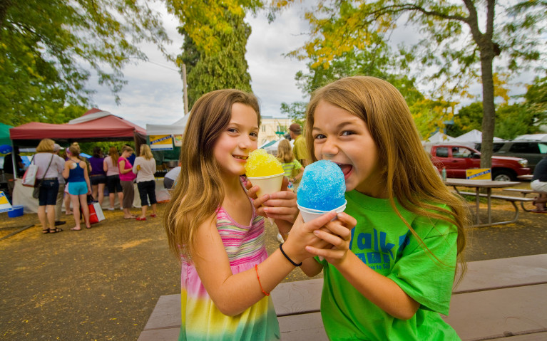 kids eating snow cones at Oregon summer festival