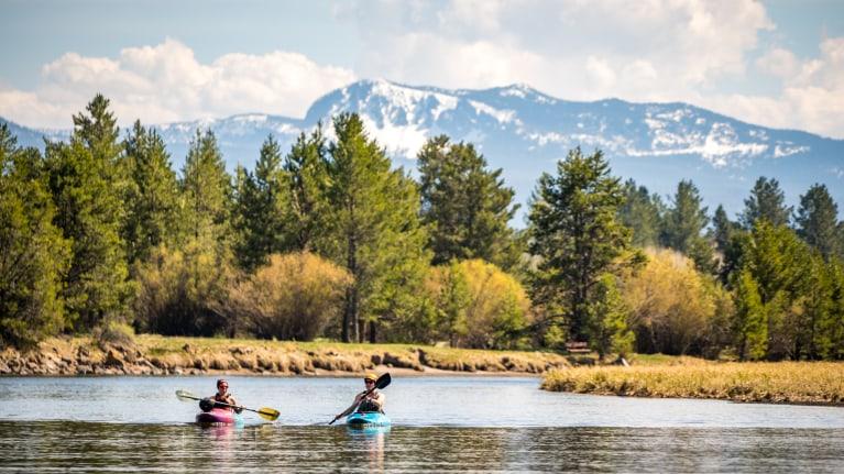 Deschutes-Kayakers-in-Oregon