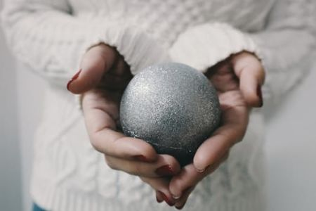 Learn how to create wonderful Christmas decorations with glitter, in this Susanna Wallis class