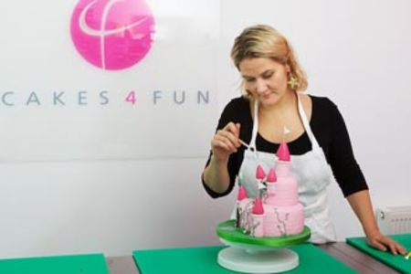 This full day baking course for kids is suitable for beginners and intermediates and will teach you to create a cake in the shape of Princess Bella.