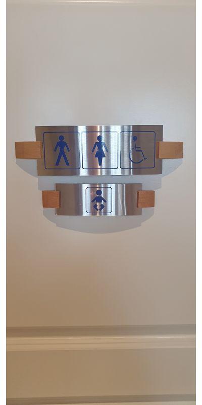 2 toalett hvorav ett er handikaptoalett og med vegghengt stellebord