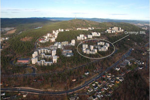 Hele Romsås. Her ser du Trondheimsveien nederst, og helt på toppen ser du Røverkollen med den karakterirske radio/tv tårnet/senderen. Se også hvor fint marka strekker seg nesten helt inn i borettslagene her på Romsås.