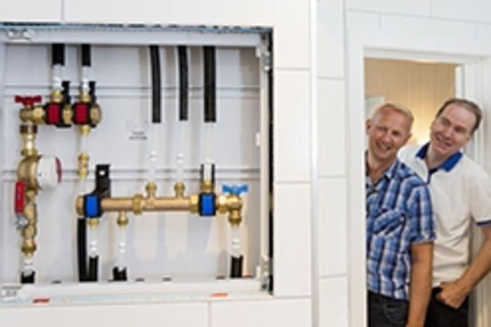 Bilde av to menn som ser på rør- og sanitæranlegg