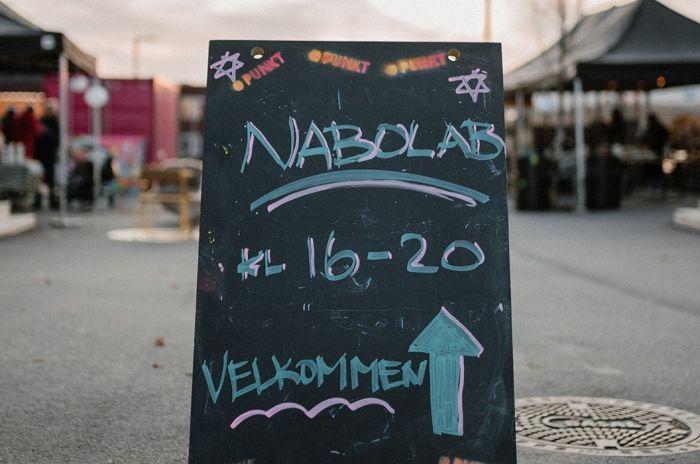 nSkilt som viser vei til Nabolab på Fornebu.