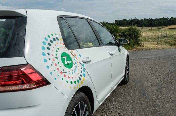 En Zipcar-bil fra bildelingstjenesten kjørende på en vei