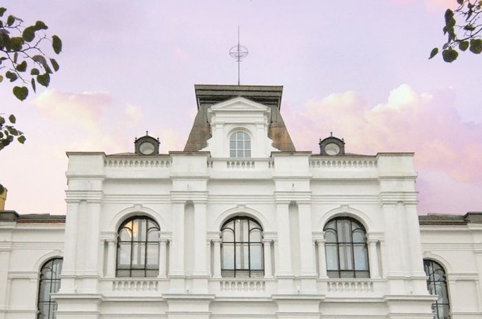 Den majestetiske fasaden på Rogaland Teater i solnedgang.