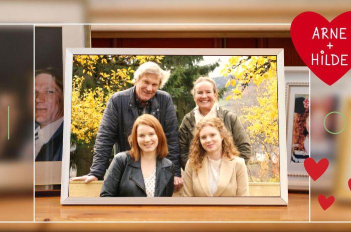 """Familieportrett i en illustrasjon av omrisset av en telefon. Hjerte med teksten """"Arne + Hilde"""""""