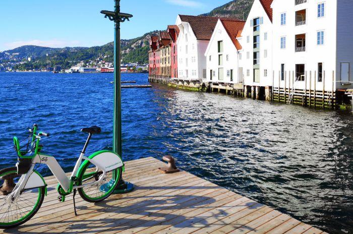 En bysykkel står på en kai i Bergen.