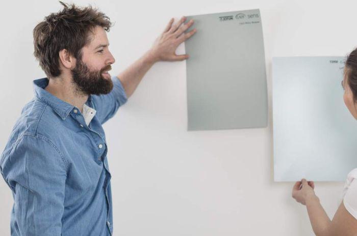 Mann og kvinne som velger ut farge til veggen