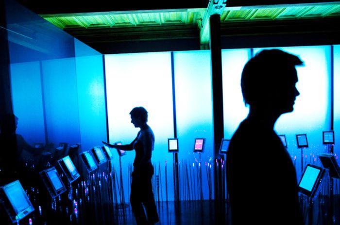 Alle vinnerne av Nobels Fredspris blir presentert på hver sin stående digitale skjerm i utstillingen, som digitale blomster.