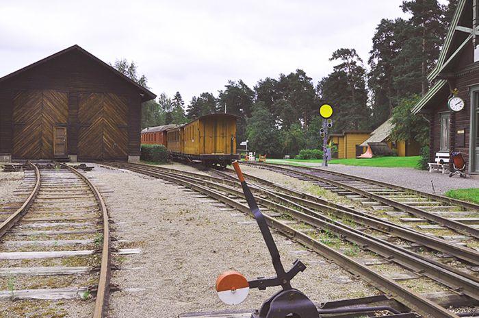 En gammel stasjonsbygning og gamle sporvekslere