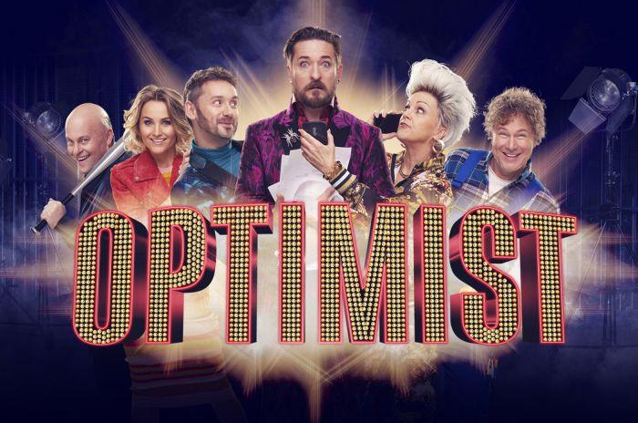 """Store bokstaver som staver """"Optimist"""" med skuespillerene bak."""