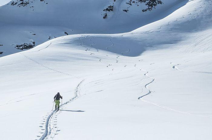 Mann på ski i fjellet