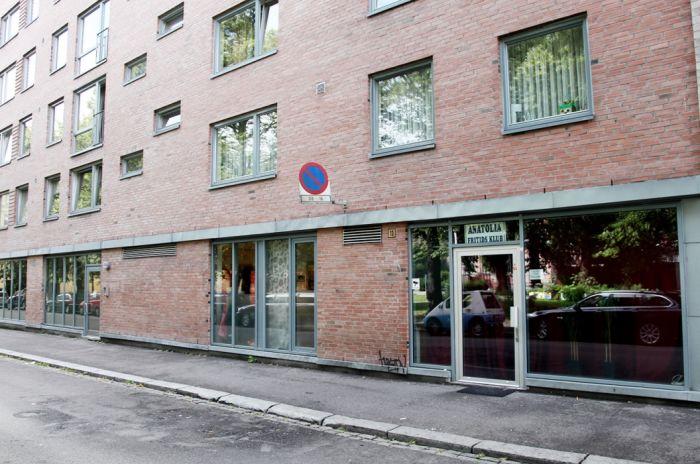 Bilde av Heimdalsgata 19-21. Rødt mursteinsbygg i flere etasjer. Inngang fra fortau.
