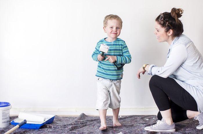 kvinne og barn holder malingskoster