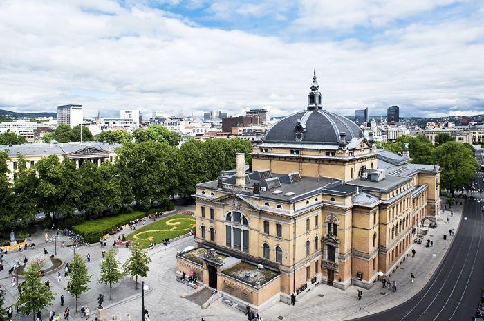 Den ruvende murstensbygningen Nationaltheatret sett fra luften.