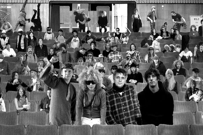Coverbilde av bandet Valkyrien Allstars som eksempel på hvem som kan spille på Rockefeller. Bandmedlemmene i front og mange mennesker bak i en teatersal.
