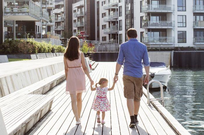 Mor, barn og far går tur på en brygge
