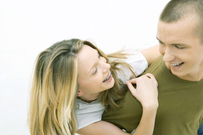 To tenåringer gir hverandre en klem