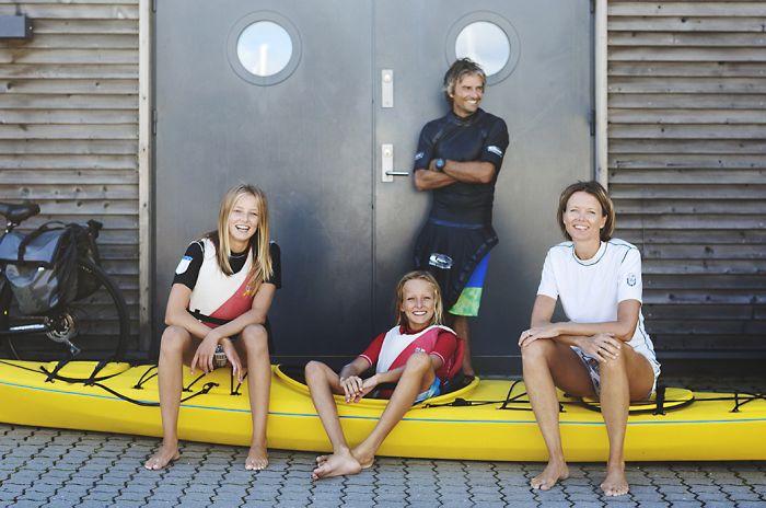 Bilde ved kajakkhotellet i Fornebu. Kvinne, mann og to ungdommer med kajakk.