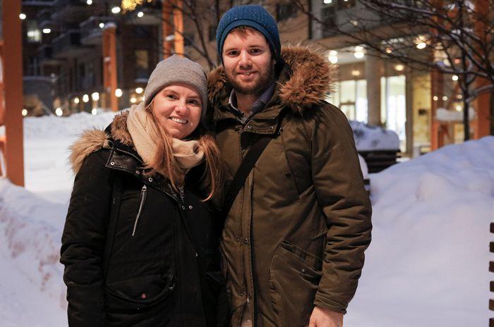 Bilde av et par som står i Kværnerbyen på vinteren