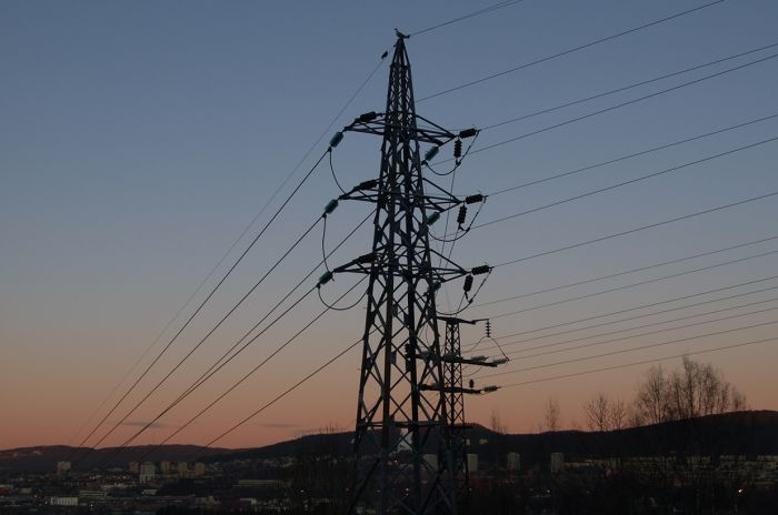 Stor strømmast i solnedgang